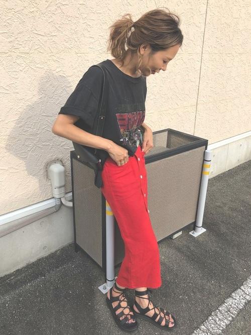 黒のプリントTシャツに赤のタイトスカートがクールで格好いいコーデ