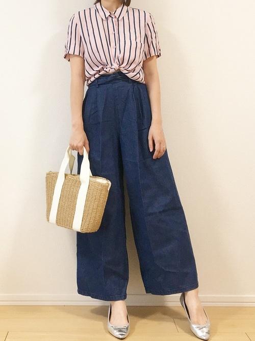 ベルシュカのストライプ半袖シャツとデニムワイドパンツにかごバッグを合わせた女性