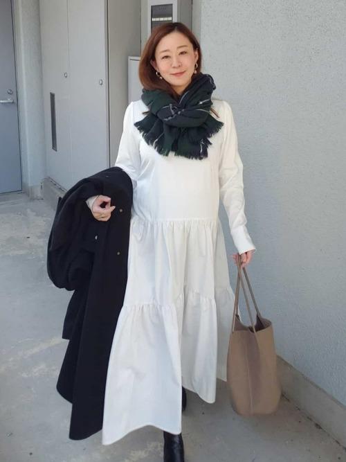 白ワンピースの甘さを黒のチェスターコートで引き締めた冬の臨月コーデ