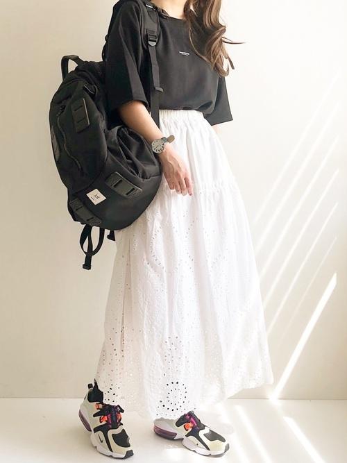 黒のTシャツに白のフレアスカートでゆるくまとめるカジュアルコーデ