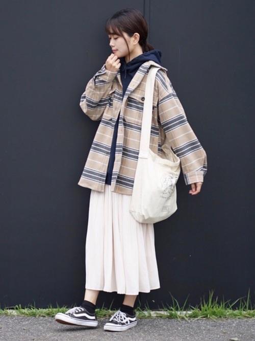 白フレアスカートにスニーカーとチェックのジャケットが映えるコーデ