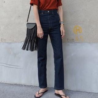 オレンジのTシャツにデニムパンツのコーデ