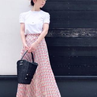 白のTシャツに柄プリーツスカートのコーデ