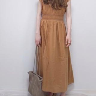 ブラウンのロングスカートのコーデ