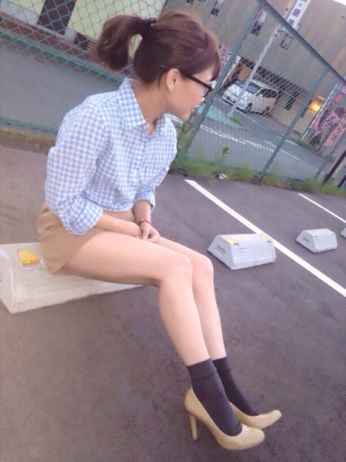 7分袖ギンガムチェックシャツにベージュ短パンを履いた女性