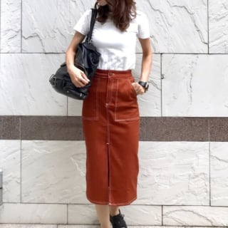 ZARAのブラウンデニムタイトスカートと白カットソーのコーデ