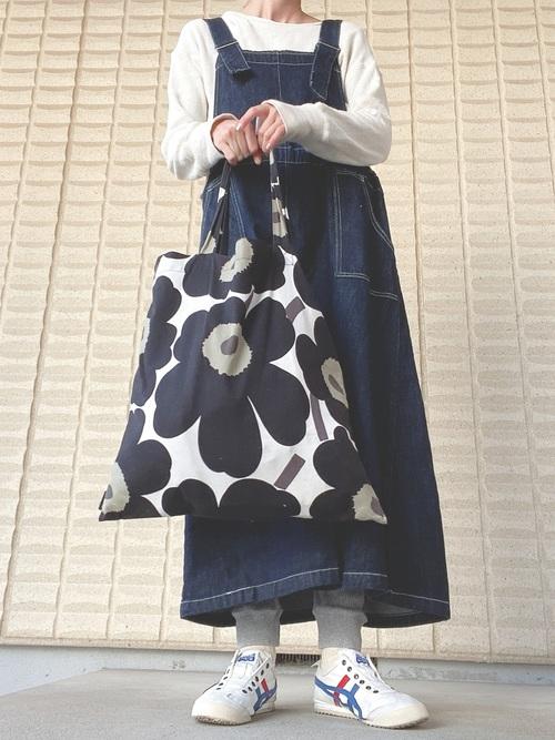 デニムジャンパースカートにオニツカタイガーの白スニーカーを合わせる定番レディースコーデ