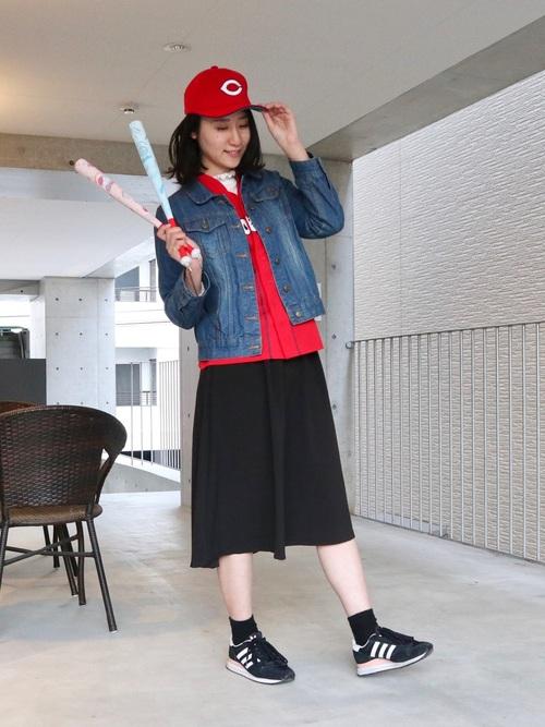 ユニフォームにジャケットを合わせて、さりげなくアピールするカープ女子コーデ