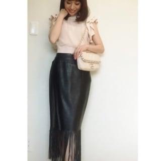 ピンクのプルオーバーでフリンジのレザータイトスカート引き立てるコーデ