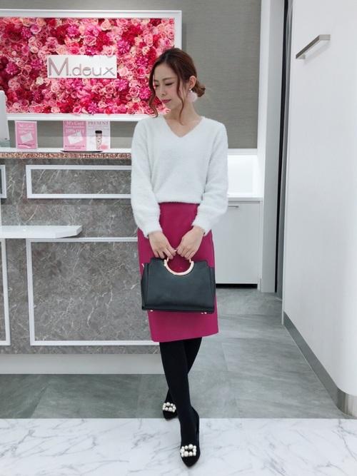 ピンクのレザータイトスカートとモノトーンアイテムを合わせるコーデ