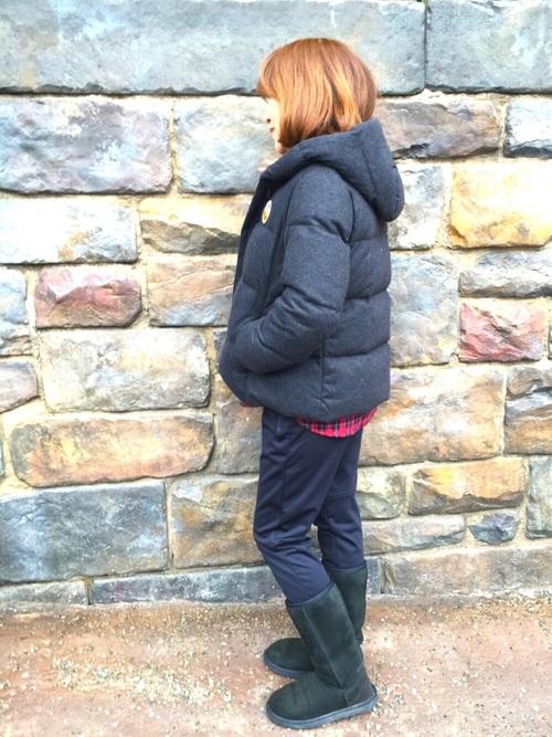 グレーダウンジャケットとフランネル長袖チェックシャツにユニクロの暖パンを履いた女性
