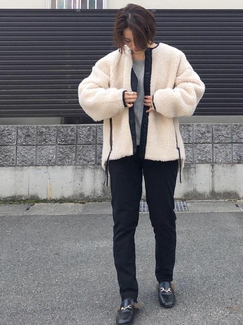 白ボアロングコートとユニクロの暖パンにビットローファーを履いた女性
