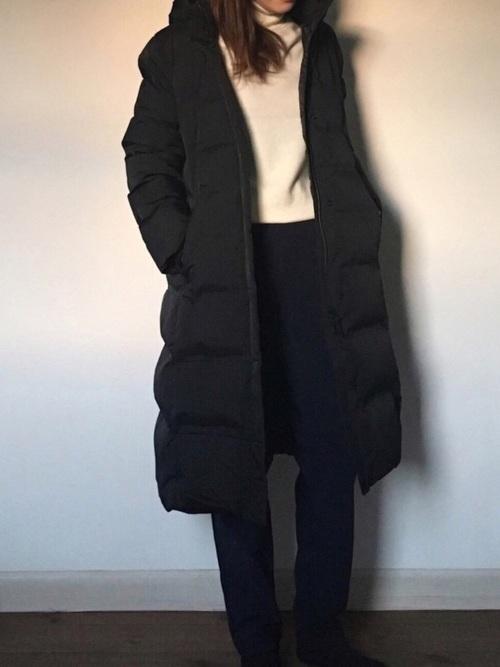 シームレスロングダウンとカシミヤタートルネックニットにユニクロの暖パンを履いた女性