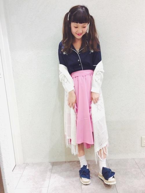 パジャマシャツにスカートとロングカーディガンを合わせるガーリー春コーデ