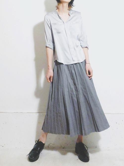 パジャマシャツにプリーツスカートを合わせる大人っぽいキレイめコーデ