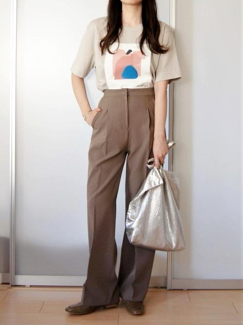 ZARAのTシャツとスラックスを着用した女性