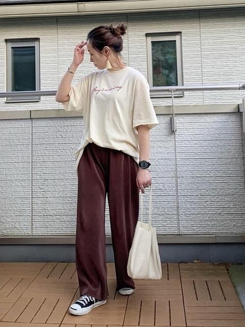 半袖Tシャツとリブワイドパンツとソフトレザー巾着バッグをコーデした女性