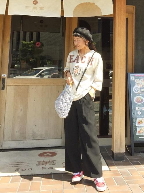 カレッジロゴ裏毛プルオーバーとアンクルワイドパンツとサークルリングショルダーバッグをコーデした女性