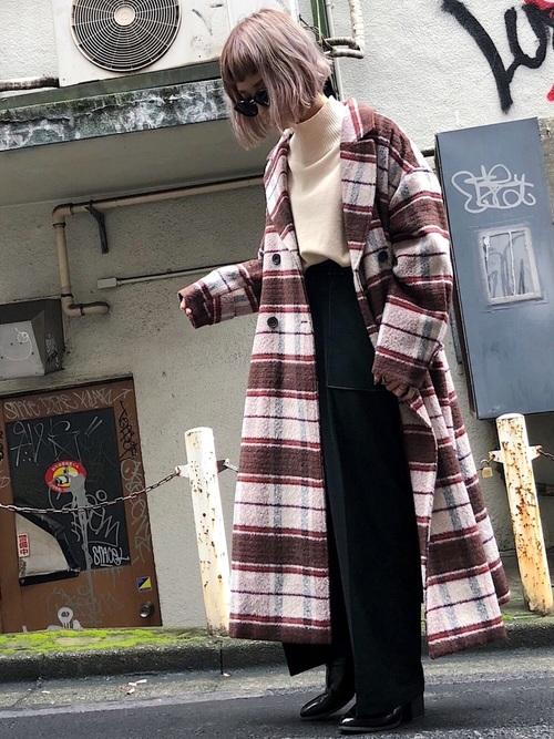 BIGチェックオーバーコートとスリーブニットプルオーバーとステッチワイドパンツをコーデした女性