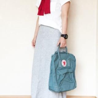 コットンTシャツとスウェットロングスカートにカンケンのオリーブリュックを合わせた女性