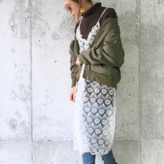 花柄白レースキャミワンピとグリーン色ブルゾンとハイネックセーターをコーデした女性