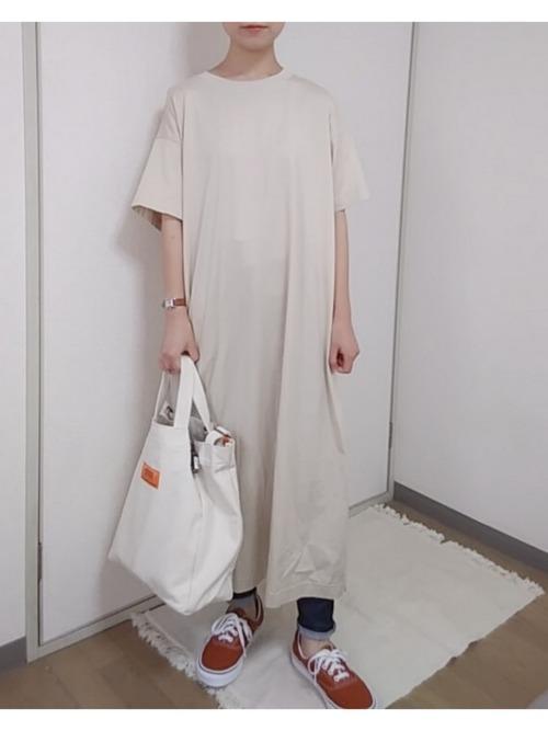 ユニクロのマーセライズコットンロングTシャツワンピースとデニムパンツとデッキシューズをコーデした女性