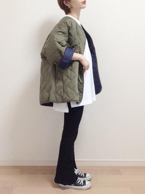 スリットTシャツにキルティングミリタリージャケットを羽織ったキュートな爽やかコーデ