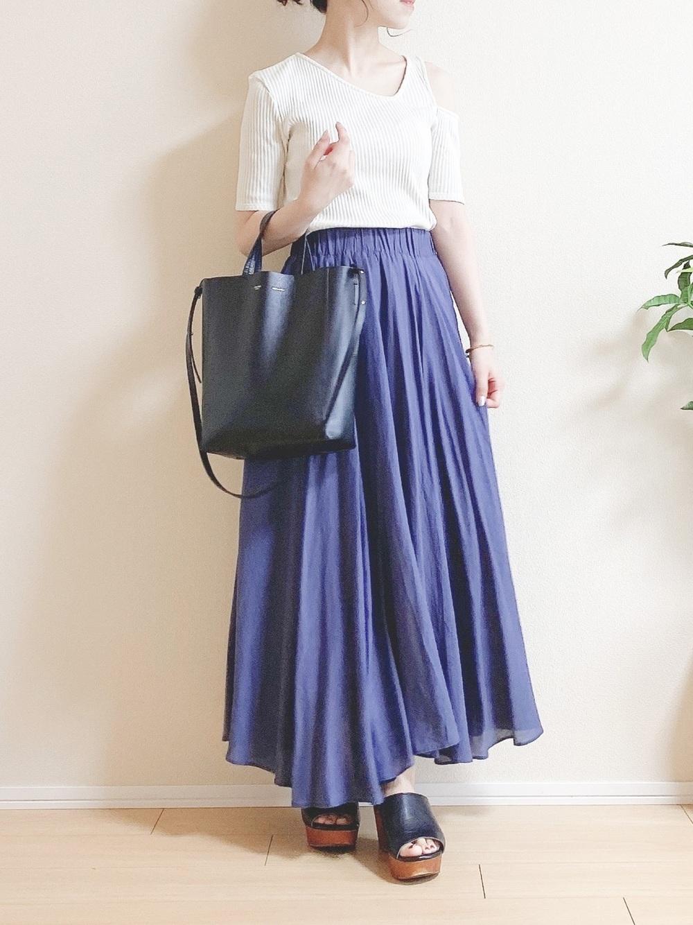 白のリブニットトップスにブルーのスカート
