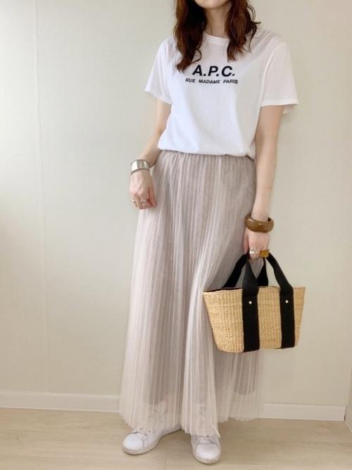 ロゴtシャツにベージュスカートを合わせたコーデ