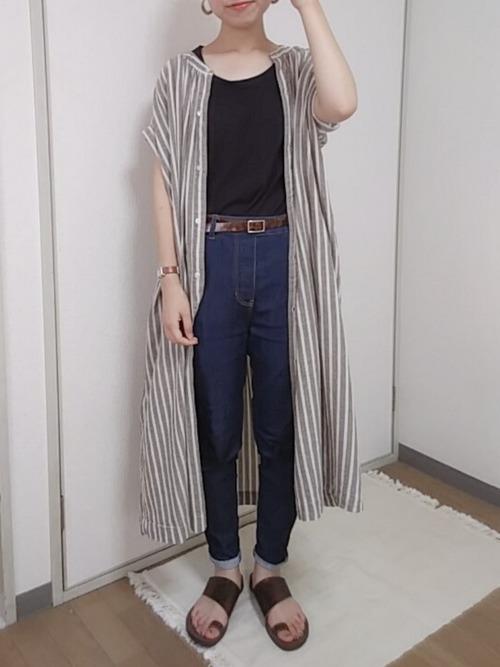 ロングストライプシャツにデニムパンツを合わせたコーデ