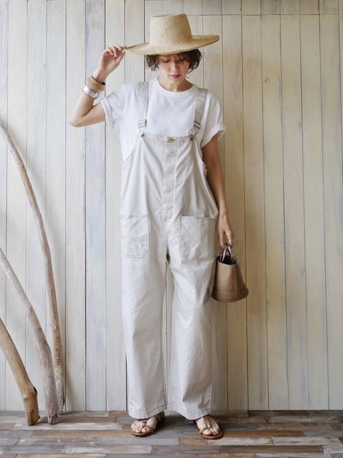 ベージュオーバーオールに白Tシャツを合わせたコーデ