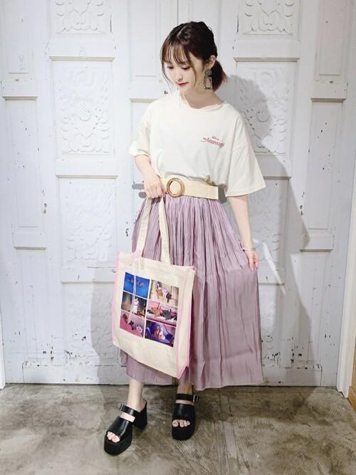 ディズニーTシャツとシアー感のあるスカートを合わせる夏のレディースコーデ