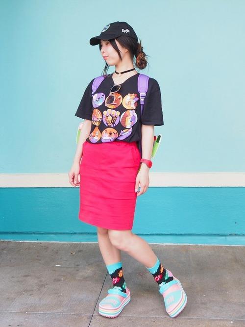 ミニバレルスカートにディズニーのTシャツとリュックを合わせる秋のレディースコーデ