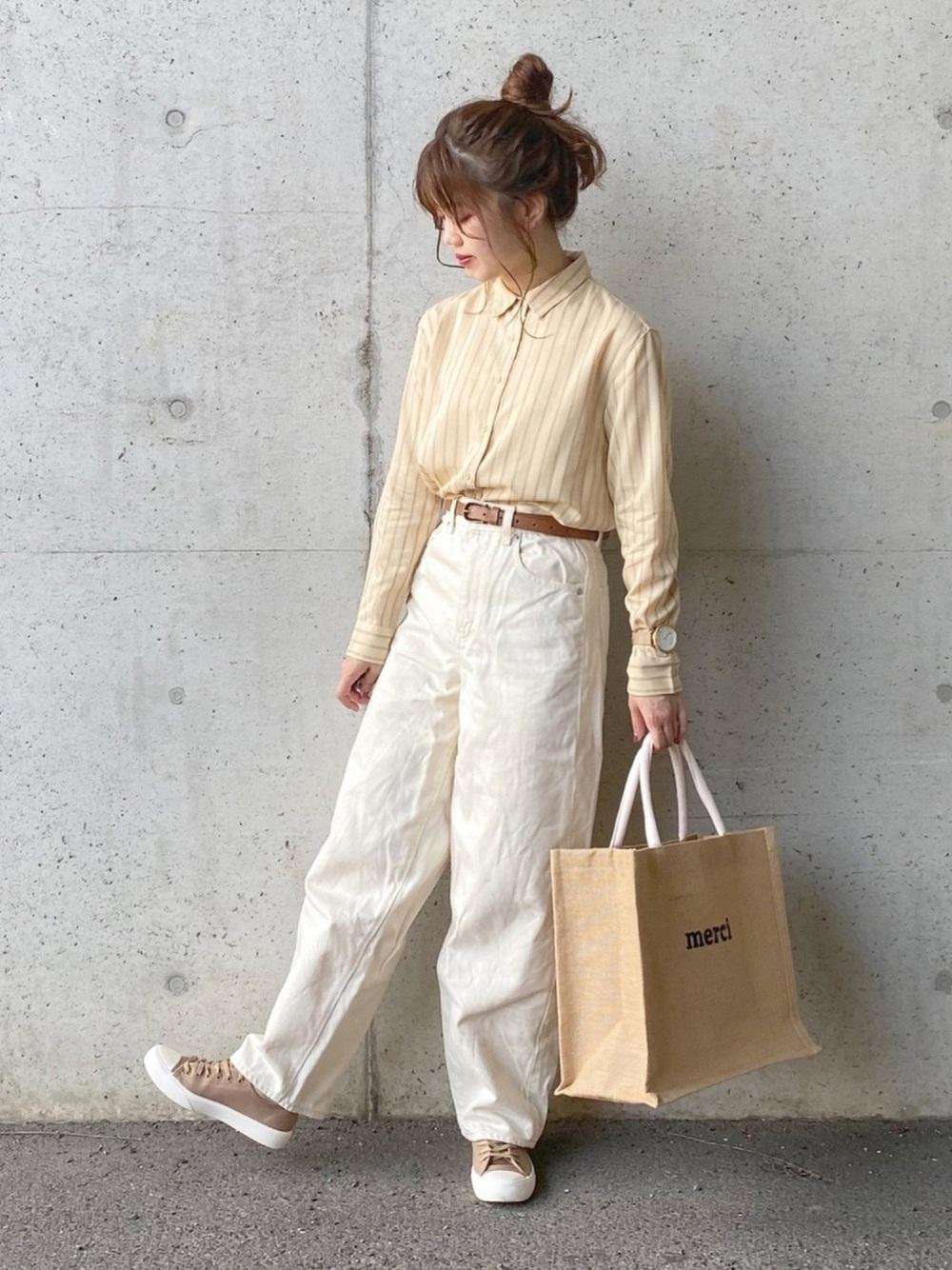 ストライプシャツにホワイトのパンツのコーデ