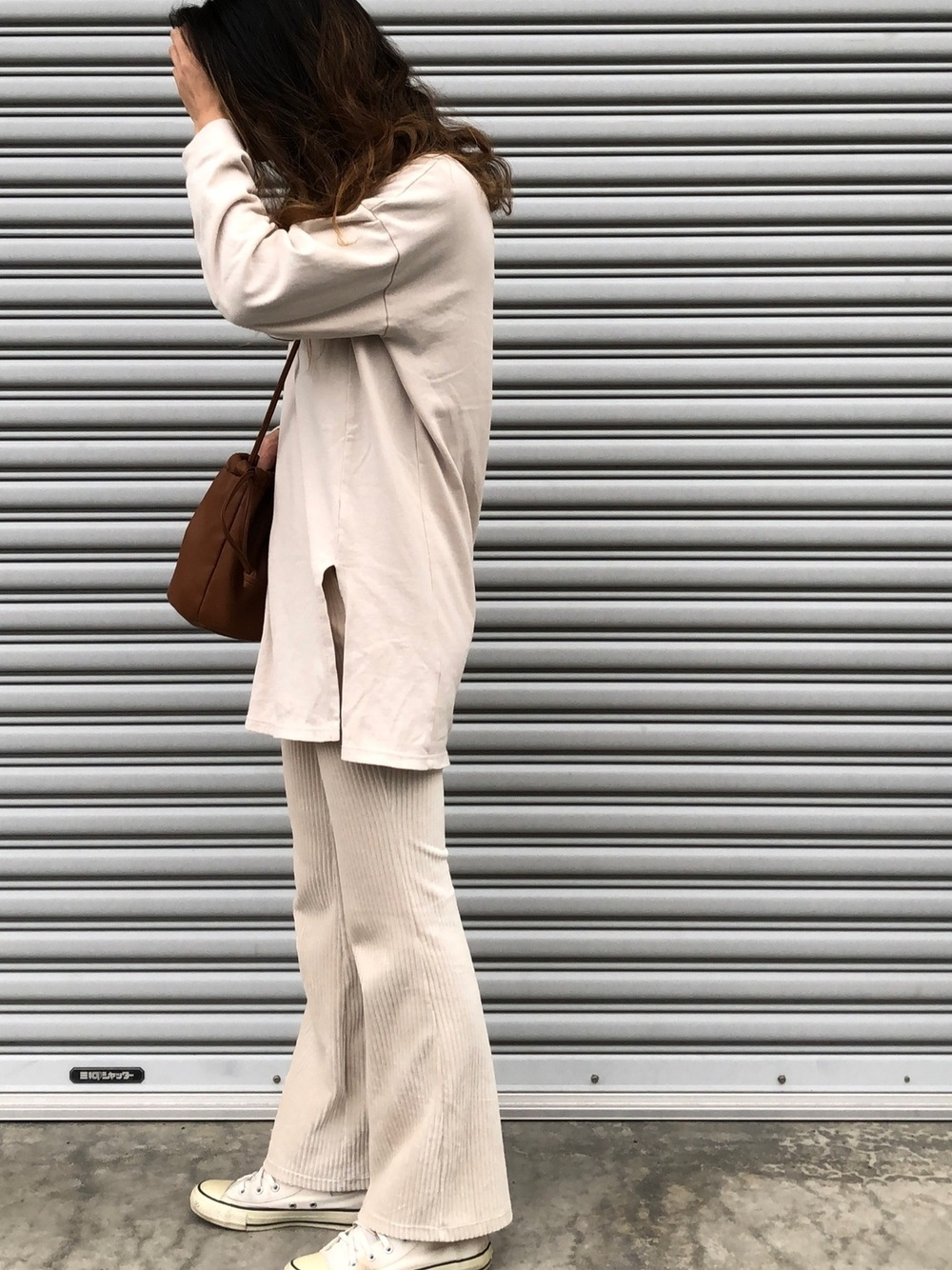 白のジャケットにフレアパンツのコーデ