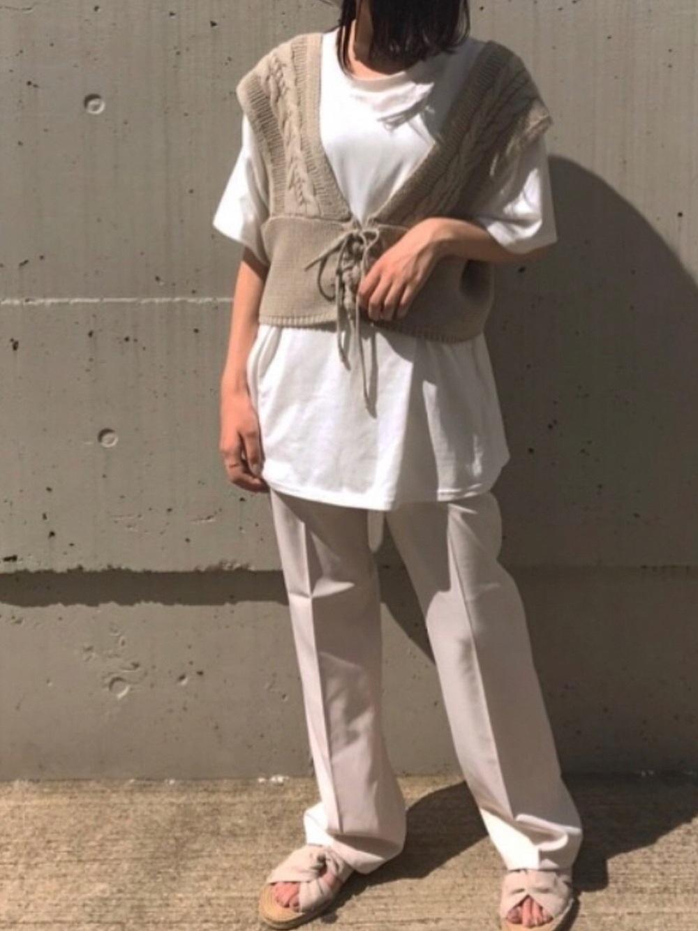 白のTシャツにビットビスチェのコーデ