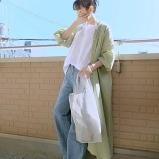 白のシャツとデニムを合わせ、くすみグリーンのシャツワンピを羽織ったコーデ