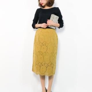 プリーツリブ前後2wayロングTシャツと黄色いレースタイトスカートにブラックパンプスを履いた女性