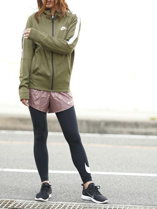 ナイロンジャケットとピンクショートパンツにナイキレギンスを履いた女性