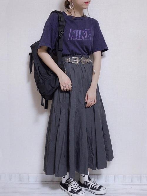 ナイキの Tシャツとナイキの靴下に黒スニーカーを履いた女性