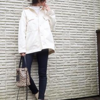 ミリタリー白ジャケットとスキニーデニムパンツと白アンクルブーツのコーデの女性