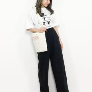 モノトーンディズニーティーシャツとブラックワッフルワイドパンツに白黒スニーカーを履いた女性