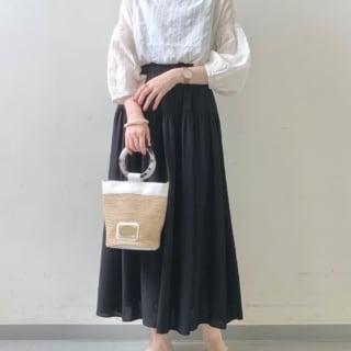 白のブラウスに黒のスカートのコーデ