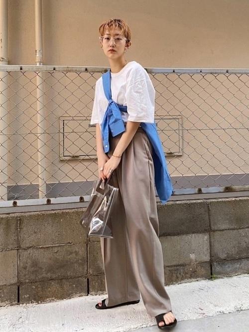スケルトンメガネとユニクロの白Tシャツにグレーとろみパンツを履いた女性
