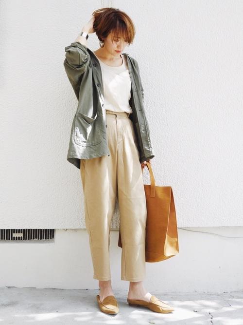 ウォッシュジャージーワークジャケットとコットンパンツにブラウンバブーシュを履いた女性