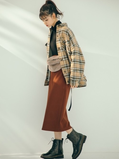 裏ボアチェックシャツジャケットとタートルネックトップスとブラウンベーシックタイトスカートのコーデの女性