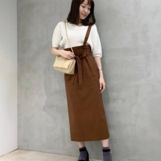 Vネックリブプルオーバーとブラウンストラップタイトスカートと白ニットとプラットフォームストラップサンダルのコーデの女性