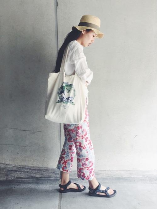 チューリップ風パナマハットと白ブラウスと花柄アンクル丈パンツのコーデ