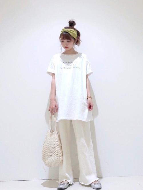 白ロングオーガニックコットンTシャツとベージュワッフルワイドパンツにシルバーリボンパンプスを履いた女性