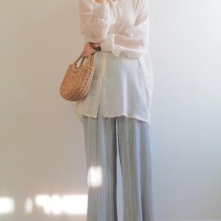 GUのマシュマロフラットパンプスとプリーツパンツにシアーシャツのコーデ